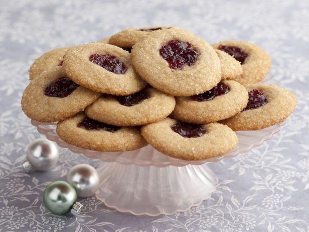 Праздничное печенье с арахисовой пастой и начинкой из клубничного варенья