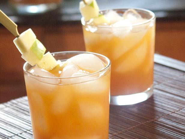 Фото Крепкий алкогольный коктейль из яблочного сидра