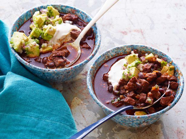 Чили из говядины и черной фасоли под сливочным и овощным соусами