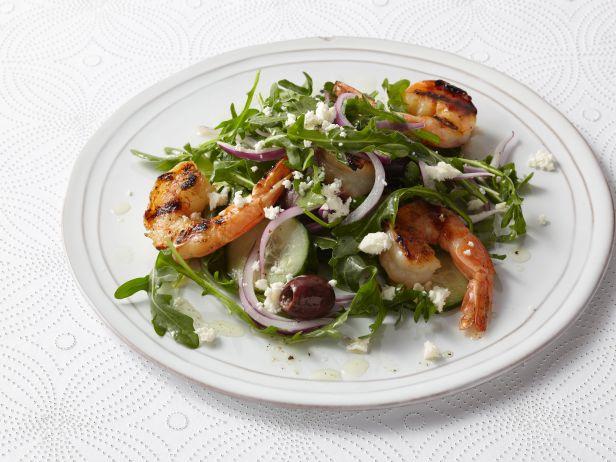 Салат с сыром фета и креветками гриль