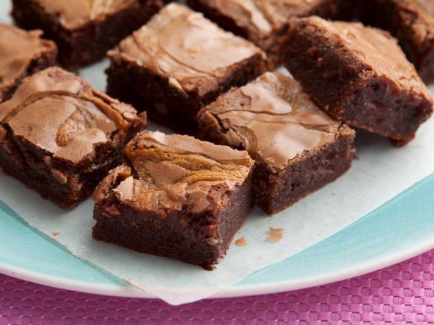 Пирожные «Брауни с завитками из арахисовой карамели»