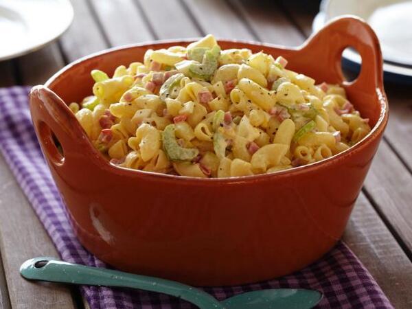 Салат с макаронами, яйцами и ветчиной