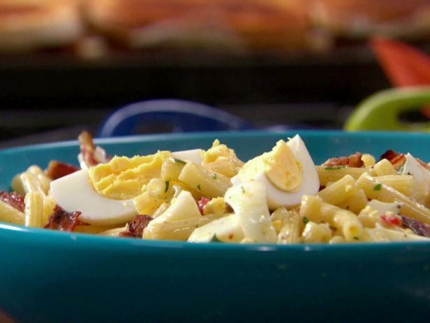 Салат с макаронами, беконом и яйцами