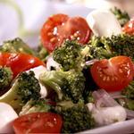 Салат из брокколи с моцареллой