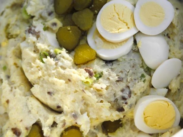 Горячий салат из картофельного пюре с яйцами