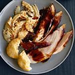 Запеченный свиной окорок в имбирно-персиковой глазури
