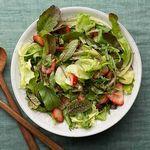 Зеленый салат с клубникой и бальзамическим соусом