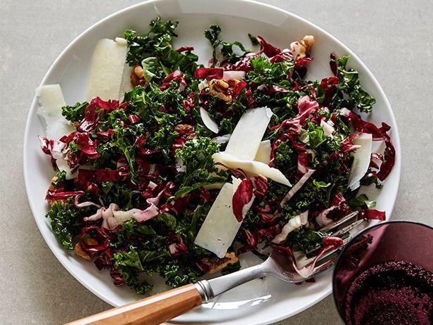Фото Хрустящий салат из листовой капусты с грецкими орехами и сыром