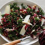 Хрустящий салат из листовой капусты с грецкими орехами и сыром