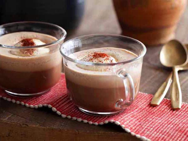 Фото Мексиканский горячий шоколад с мороженым и перцем чили