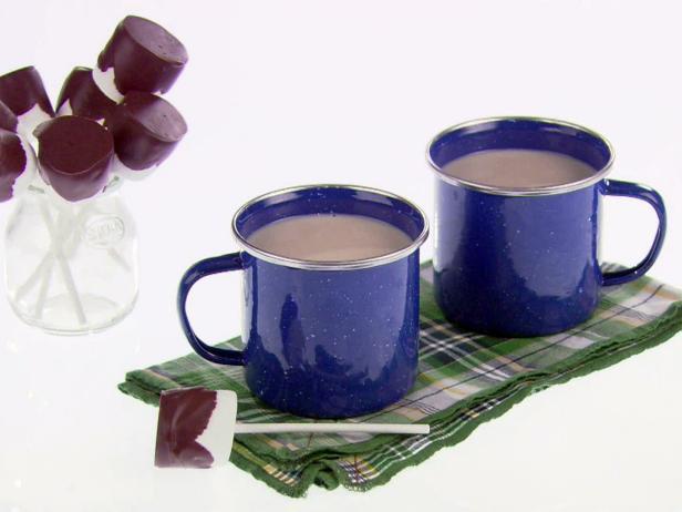 Белый горячий шоколад с «ложечкой» из маршмеллоу