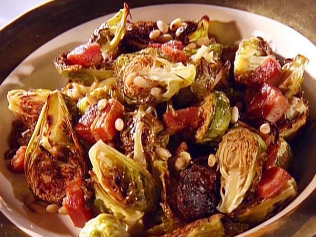 Брюссельская капуста, запеченная с орехами и ягодами