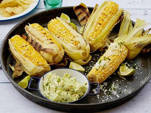 Кукуруза в початках на гриле с чесночным маслом, свежим лаймом и сыром