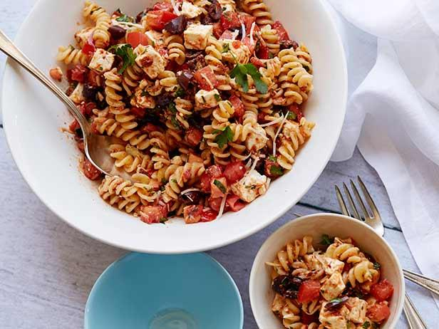 Салат с вялеными помидорами и макаронами — 10