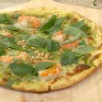 Пицца-гриль с креветками и соусом песто из кинзы