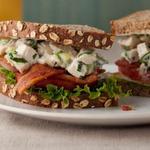 Клубный сэндвич с салатом из курицы