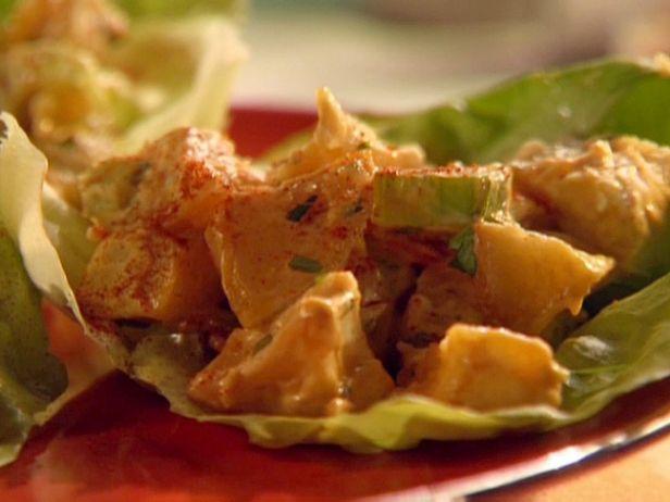 Фото Куриный салат с картофелем на салатных листьях