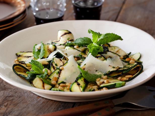 Салат из кабачков-гриль с соусом винегрет с лимоном и травами, сыром и кедровыми орешками