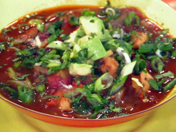 Томатный тортилья-суп с курицей и авокадо