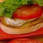 Горячий сэндвич-гриль с палтусом и соусом тартар с салатом из спаржи