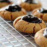 Печенье с арахисовым маслом и черносмородиновым джемом