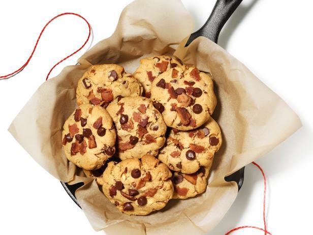 Фото Несладкое печенье с арахисовым маслом, шоколадной крошкой и беконом
