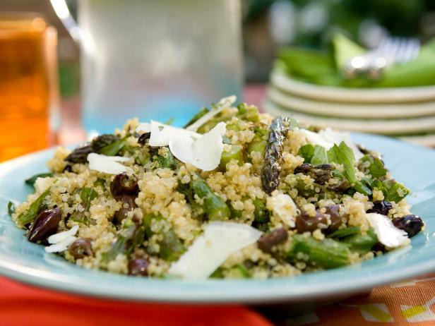 Салат из киноа со спаржей, козьим сыром и маслинами