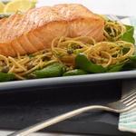 Спагетти из цельнозерновой муки с лимоном, базиликом и лососем