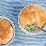 Рыбный суп «Чаудер» с лососем и укропом под «крышкой» из слоеного теста