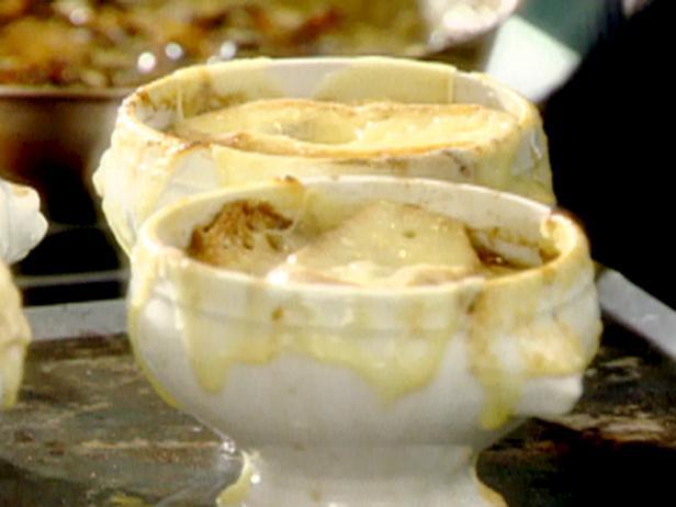 Французский луковый суп с сырными крутонами