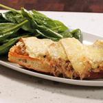 Французский луковый суп-пицца с салатом и соусом винегрет с дижонской горчицей