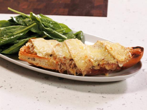 Фото Французский луковый суп-пицца с салатом и соусом винегрет с дижонской горчицей