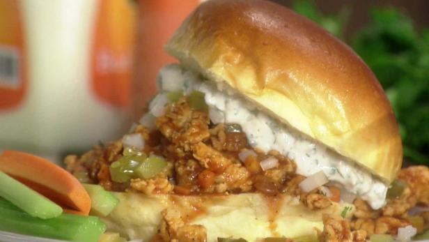 Фото Ленивые сэндвичи «Неряха Джо» с индейкой и соусом «Баффало»