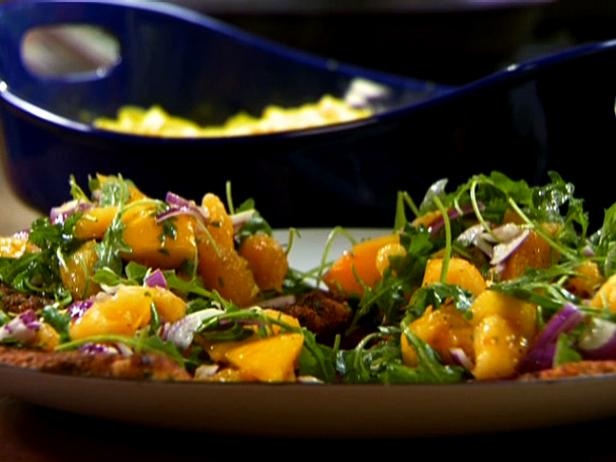 Куриные отбивные в сырной панировке с рукколой и апельсинами