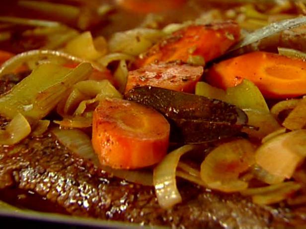 Запеченная говяжья грудинка с овощами