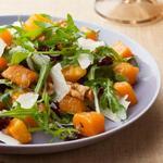 Салат из запеченной мускатной тыквы с теплым соусом винегрет, сыром и грецкими орехами