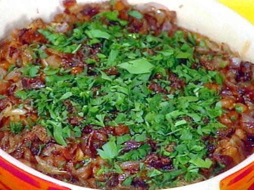 Печеная фасоль с беконом и красным луком