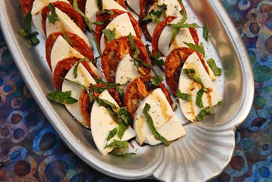 Салат «Капрезе» с вялеными томатами