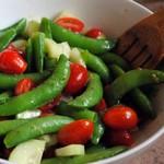 Салат из огурца и стручкового гороха