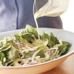 Салат из огурцов и запеченного лука с мятно-йогуртовой заправкой