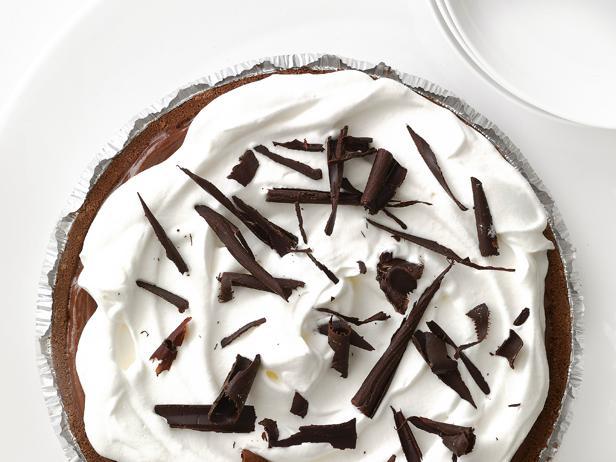 Фото Шоколадный песочный торт с кремом из взбитых сливок