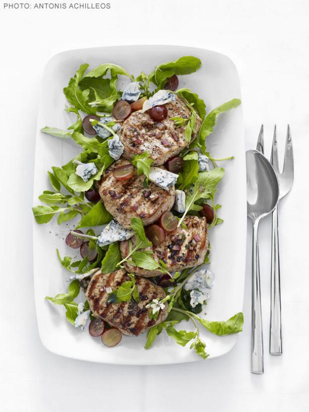 Свиная котлета с салатом из рукколы и винограда
