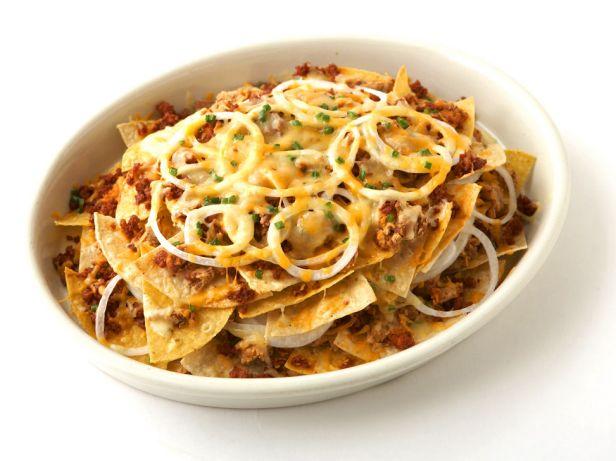 Начос с чоризо, фасолью и сыром