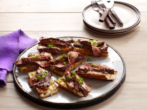 Барбекю из говяжьей пашины с бальзамическим соусом и сырными тостами