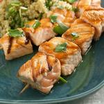 Шиш-кебаб из лосося с салатом из киноа и грейпфрута