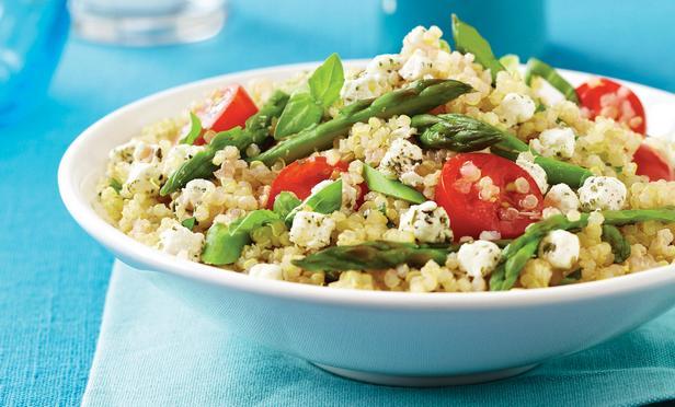 Спаржа с салатом из крупы киноа и соусом-винегрет с маслинами