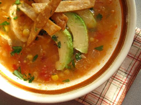 Тортилья-суп с курицей, кукурузой и авокадо