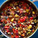 Вегетарианский чили с фасолью, цуккини и грибами