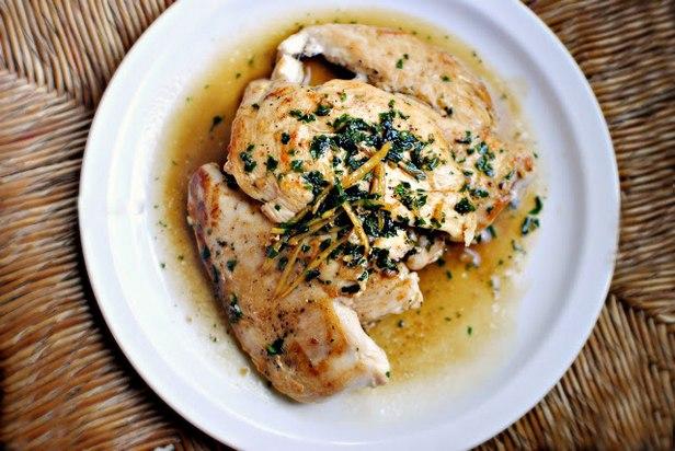 Жареные куриные грудки с соусом на белом вине