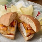 Сэндвич с маринованной в меде курицей